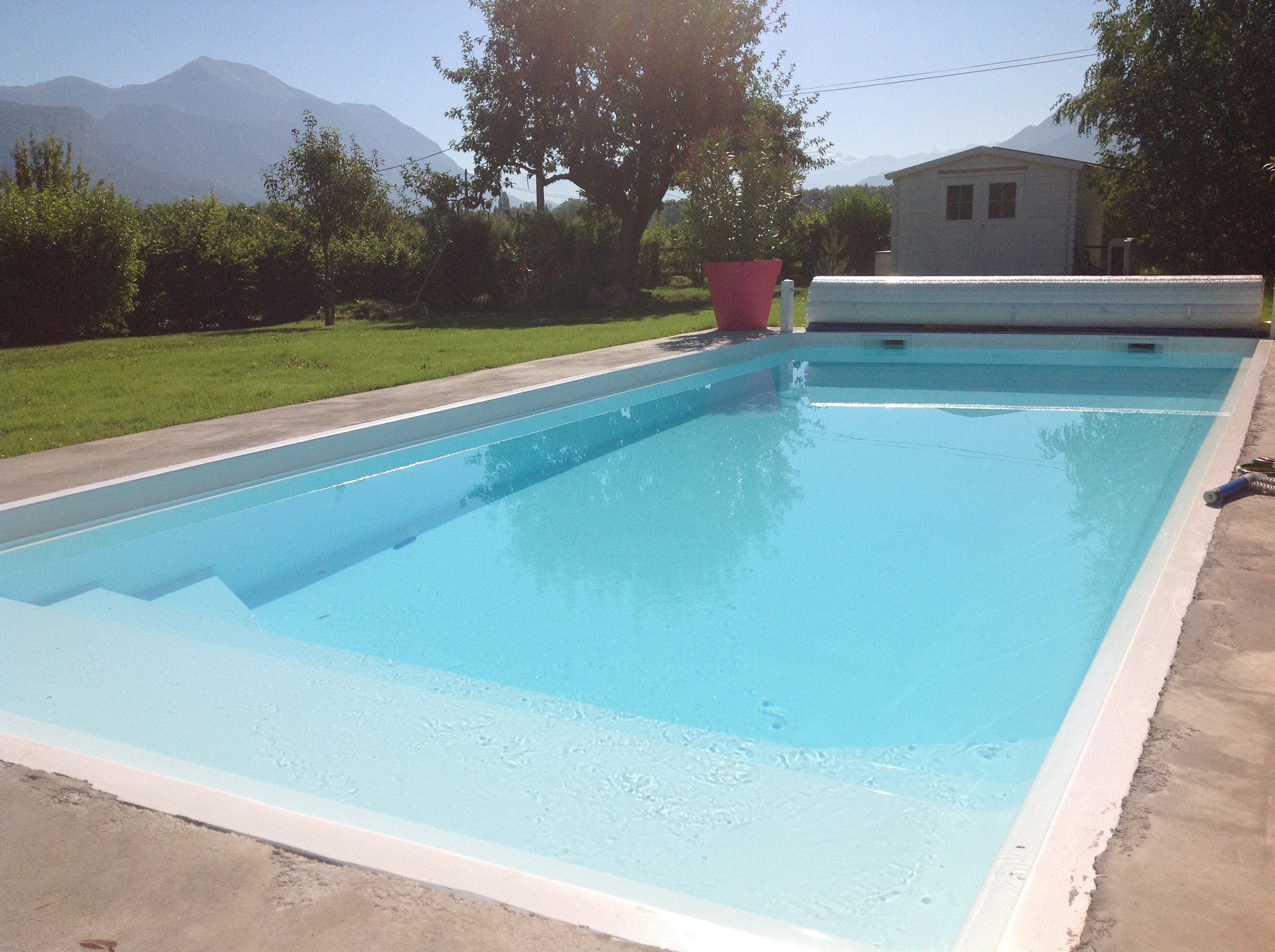 Piscine coque polyester california 925 coque piscine for Installation volet roulant piscine